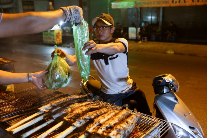When People Spend The Night Grilling Snakehead Fish For God of Wealth