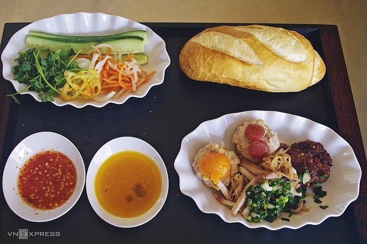 Phần ăn tại quán được phục vụ trên đĩa, để riêng các loại nhân. Thực khách dùng thìa và nĩa để ăn các nhân thịt, xé nhỏ bánh mì chấm cùng chén nước súp xíu mại, dùng kèm đồ chua và nêm chút nước mắm cay ngọt cho đậm vị.  Thực khách có thể ghé mua bánh mì tại tiệm vào hai khung giờ, 6h - 10h và 12h - 19h. Tùy loại nhân, giá mỗi phần dao động 24.000 - 32.000 đồng.