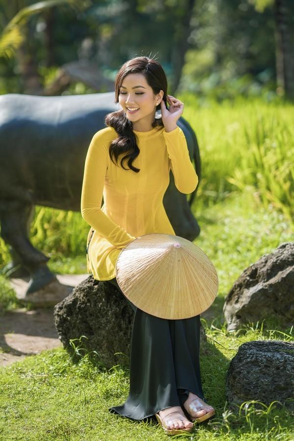 H'Hen Niê mặc áo bà ba Thuận Việt