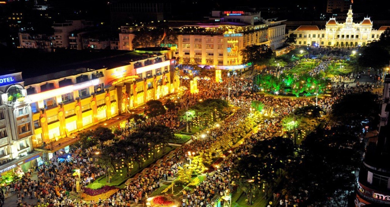 "Nguyen Hue Walking street at night - ""New paradise"" of Saigon youth"